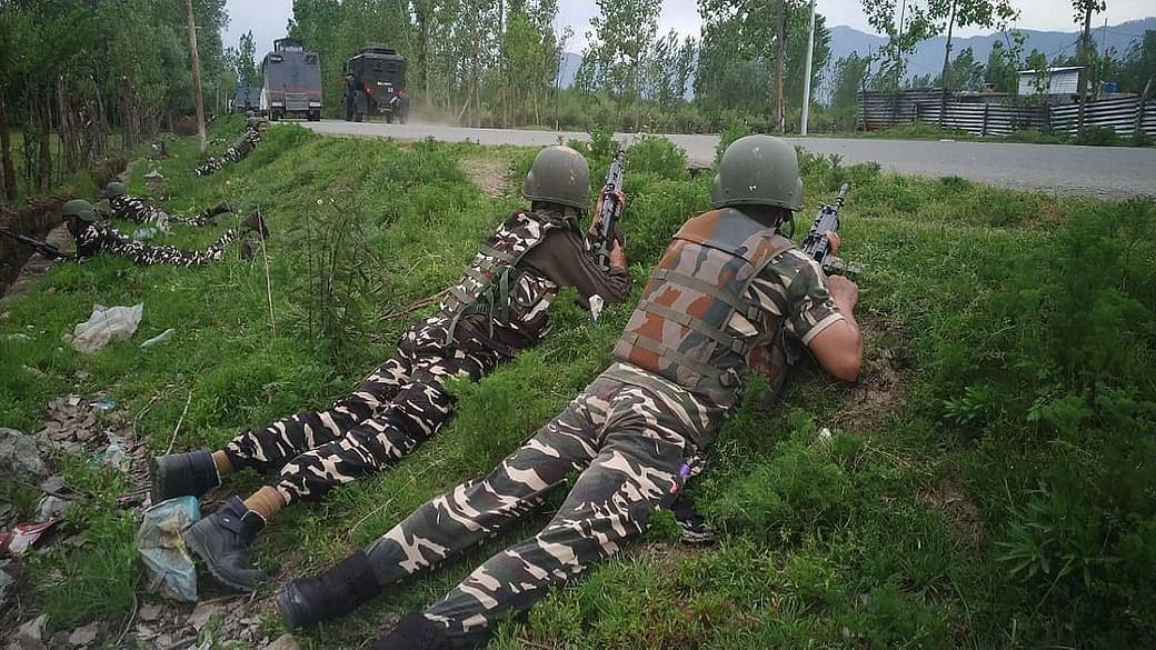 जम्मू कश्मीर में सीआरपीएफ काफिले पर हमला, आइइडी ब्लास्ट के बाद फायरिंग