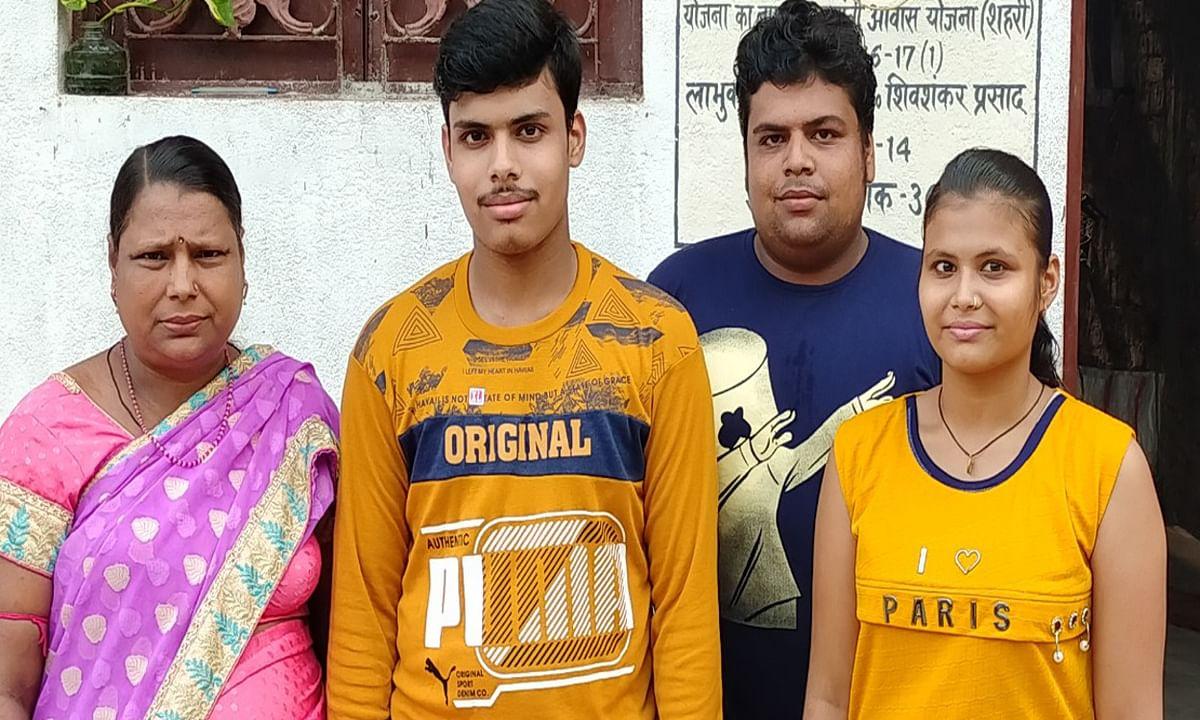Jharkhand 10th Result : कोल्हान के अनीस के पिता का हो गया था निधन, फिर बड़े भाई ने मजदूरी कर बनाया टॉपर