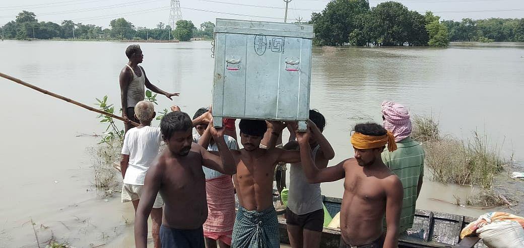 देवापुर में माथा पर सामान लेकर पलायन करते लोग