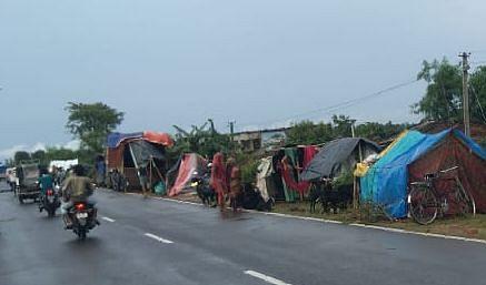 NH पर शरण लिये बाढ़ विस्थापितों को पिक अप वैन ने कुचला, दंपती की मौत