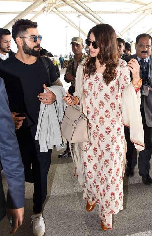 अनुष्का और विराट शादी के बाद उनकी दिल्ली हवाई अड्डे से पहली तसवीर सामने आई थी जब वे अपने मुंबई रिसेप्शन की मेजबानी के लिए मुंबई रवाना हुए थे.