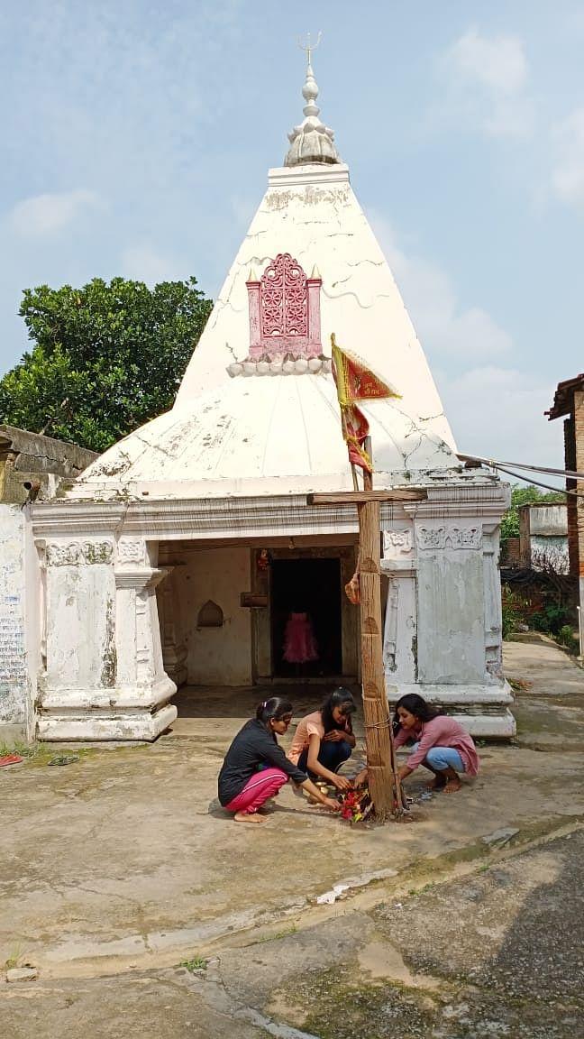 हजारीबाग के बड़कागांव में भगवान शिव की पूजा करतीं युवतियां
