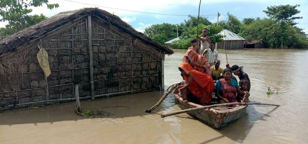 तीसरी बार आयी बाढ़ ने बढ़ायी परेशानी, नाव तक सरकार ने नहीं कराया मुहैया