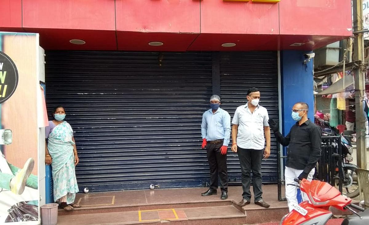कोविड-19 : रांची की 32 दुकानों पर प्रशासन ने की कार्रवाई, लग गये ताले, संस्थानों की पूरी लिस्ट यहां देखें