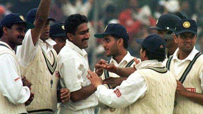 अनिल कुंबलेः भारतीय क्रिकेट टीम के पूर्व कप्तान और  गेंदबाज अनिल कुंबले ने अपने लंबे करियर में अपनी फिरकी के जाल में दुनिया के तमाम दिग्गज बल्लेबाजों को फंसाया था. कुंबले के पास एक ओवर में 6 अलग-अलग तरीके से गेंद डालने का हुनर था. उन्होंने अपने करियर में 132 टेस्ट मैचों में 619 विकेट चटकाए थे. इस दौरान उन्होंने अपने 105वें टेस्ट मुकाबले में 500 विकेट लेने का कारनामा कर दिया था. कुंबले टीम इंडिया की तरफ से ऐसा करने वाले इकलौते गेंदबाज हैं.