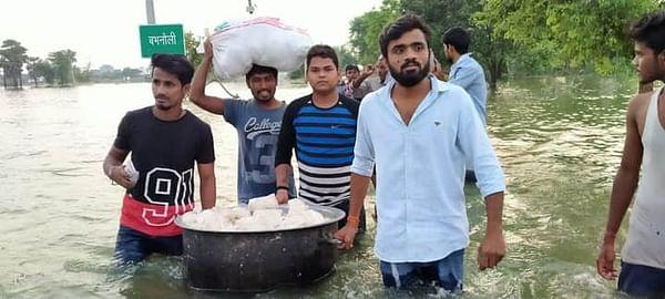 जान जोखिम में डाल बाढ़ पीड़ितों की मदद कर रहे हैं लोग