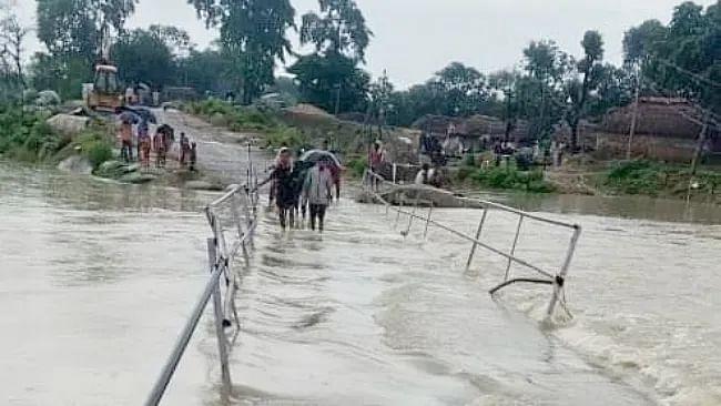Bihar Weather Alert, Flood News LIVE Updates : बक्सर सहित 7 जिलों में मौसम विभाग का अलर्ट, कई इलाकों में बाढ़ का खतरा बरकरार, कई तटबंधों पर दबाव