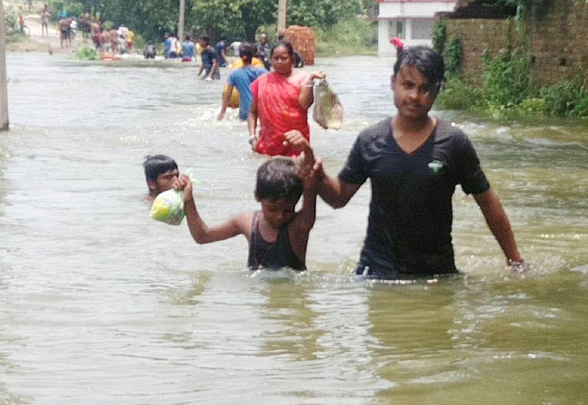 दरभंगा में बाढ़ के पानी से घिरे लोग