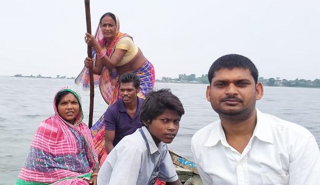 बाढ़ के पानी से घिरा सहुरिया पंचायत का हराहरी राम टोला, महिला वार्ड सदस्य खुद नाव चला लोगों की करने लगी मदद
