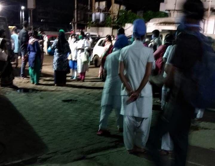 रात में अस्पताल के कर्मचारियों ने बाहर में शुरू कर दिया विरोध.