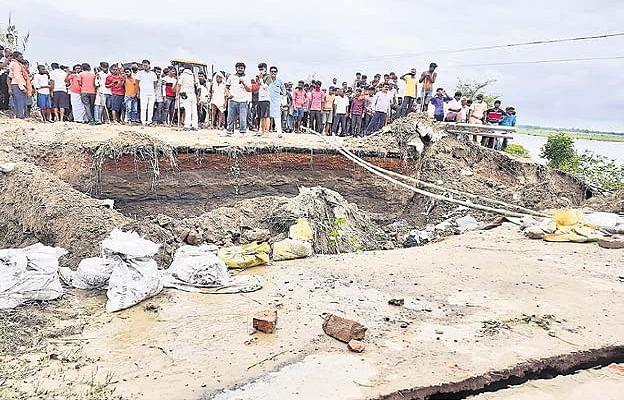 Bihar Flood 2020: गोपालगंज-बेतिया महासेतु का एप्रोच पथ पानी में बहा, चार साल पहले बने पुल पर परिचालन हुआ ठप