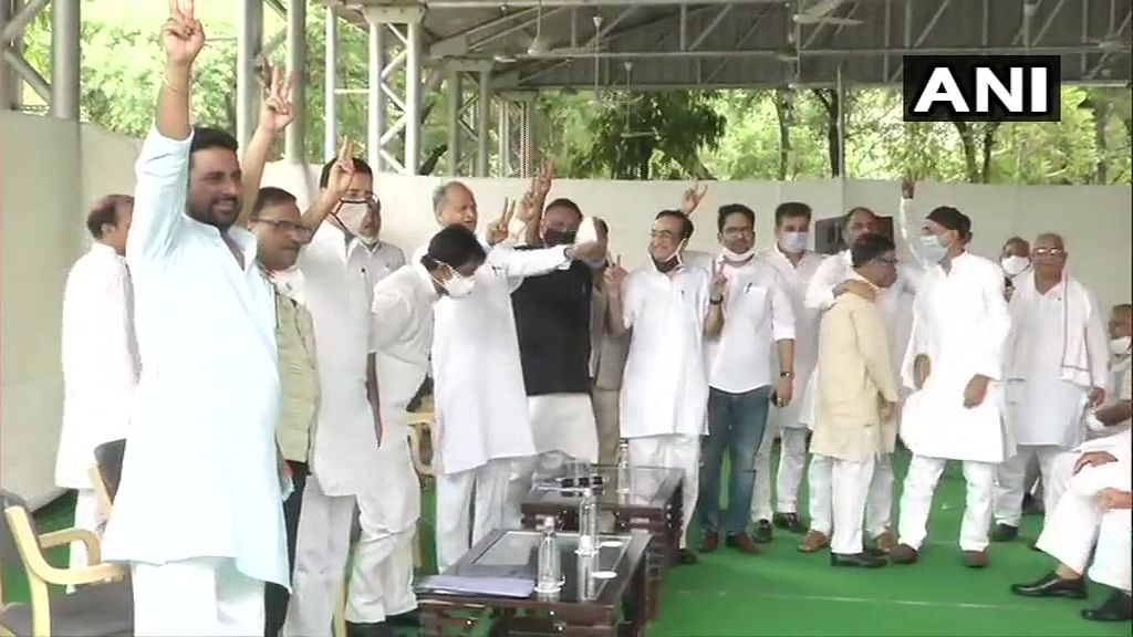 Rajasthan Political Crisis Live : सीएम अशोक गहलोत का शक्ति प्रदर्शन, मीडिया के सामने कराई MLA की परेड