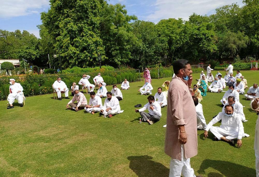 Rajasthan Crisis Update: राजभवन से होटल लौटे कांग्रेसी विधायक, CM गहलोत ने बुलायी कैबिनेट की मीटिंग