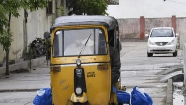 तेलंगाना में कोरोना गाइडलाइंस की उड़ी धज्जियां, ऑटो रिक्शा से कब्रिस्तान ले जाया गया शव