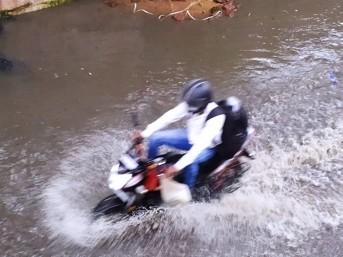 शहर के निचले इलाकों में घुसा बारिश का पानी, सड़क से आंगन तक डूबा