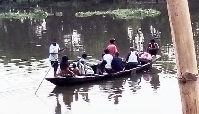 बिहार : सवारियों से भरी नाव पलटी, अलग-अलग  हादसों में 15 लोगों की मौत