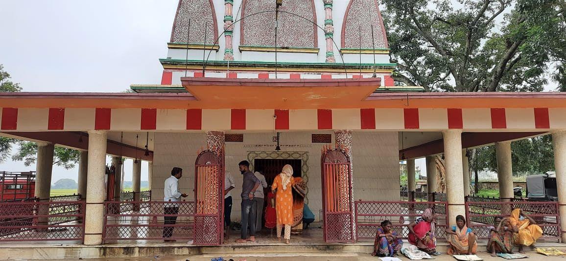 खूंटी जिले में श्रद्धालुओं ने शिव मंदिर के मुख्य द्वार पर पूजा-अर्चना की.