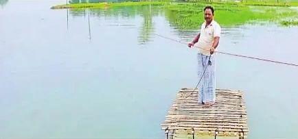 Flood in Bihar : नहीं मिली सरकारी नाव तो बना डाला थर्मोकोल से नाव