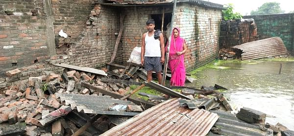 गोपालगंज में बाढ़ के कहर में भरभरा कर गिरे पक्के मकान