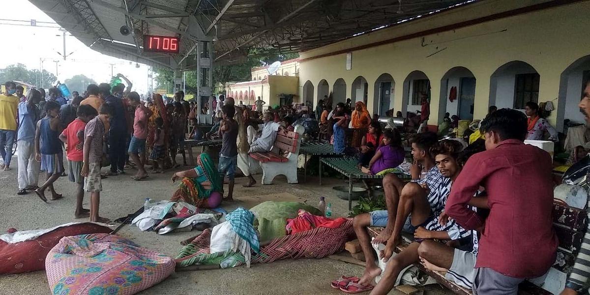 Flood in Bihar : बाढ़ के पानी में समाये मकान, रेलवे स्टेशन पर रहने को मजबूर हुए लोग