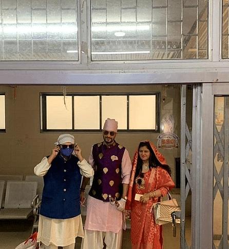 मनीष रायसिंघन और संगीता चौहान की गुरुद्वारा वेडिंग में सिर्फ दोनों के भाई-बहन शामिल हुए. लॉकडाउन के चलते दोनों की शादी में कुछ 10 लोग ही शरीक हुए.