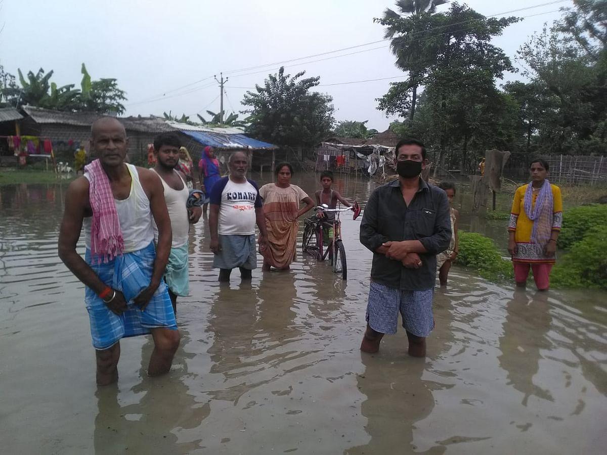 वैशाली के पटेढ़ी बेलसर में वाया नदी में उफान से मौना विशुनपुर गांव में दर्जनभर घरो में घुसा पानी