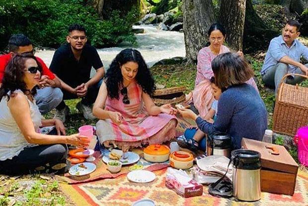 कंगना रनौत (Kangana Ranaut) इन दिनों अपने परिवार के साथ मनाली में समय बिता रही है. हाल ही में एक्ट्रेस पूरी फैमिली को लेकर पिकनिक मनाने निकल पड़ीं. पिकनिक मनाते हुए सोशल मीडिया पर उनकी तसवीरें वायरल हो रही है. तसवीरों को देखकर ऐसा लग रहा है कि एक्ट्रेस के साथ- साथ पूरे परिवार ने इस पल को बहुत इंज्वॉय किया.