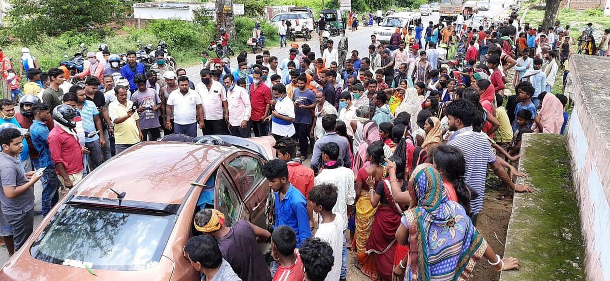 दुर्घटना के बाद भारी संख्या में लोग घटनास्थल पर जुट गये.