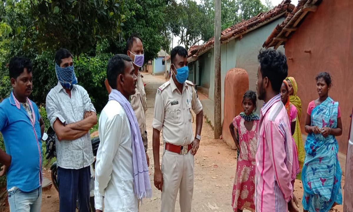 3 दिन से घर में छुपा कर रखा था शव, दुर्गंध आने पर पड़ोसियों ने थाना को दी सूचना, हिरासत में बेटा