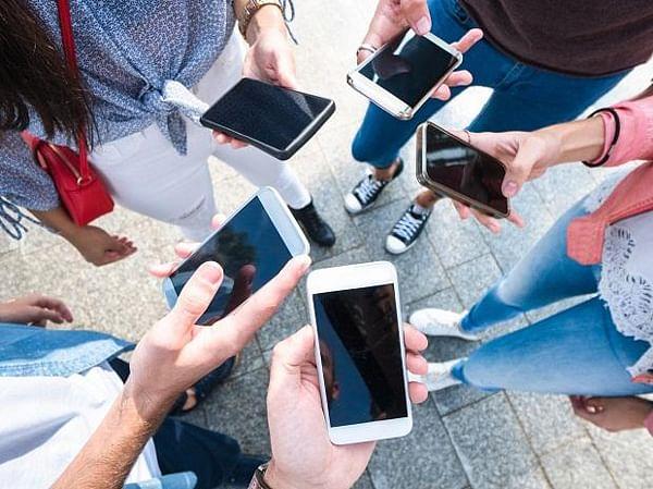 कोरोना संकट में मोबाइल सब्सक्रिप्शन की संख्या में गिरावट, जानिए क्या है देश की डिजिटल आबादी