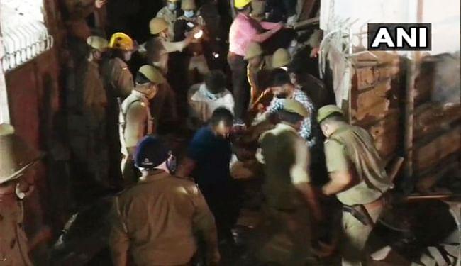 नोएडा में बहुमंजिला इमारत गिरी, मौके पर पहुंची पुलिस, फायर ब्रिगेड और NDRF की टीम, चार लोगों को किया गया रेस्क्यू