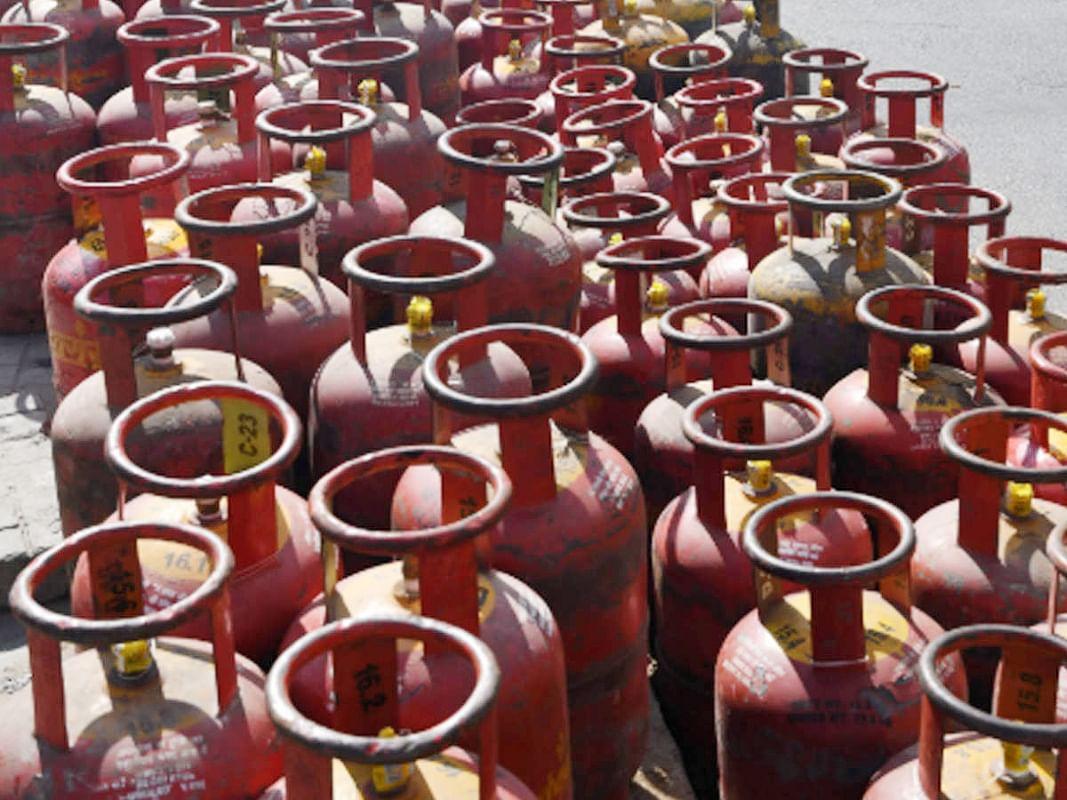 सिलिंडर में कम गैस देने पर अब एलपीजी वितरक पर होगी कार्रवाई, समय से पहले गैस खत्म होने पर इस तरह दर्ज कराएं अपनी शिकायत...