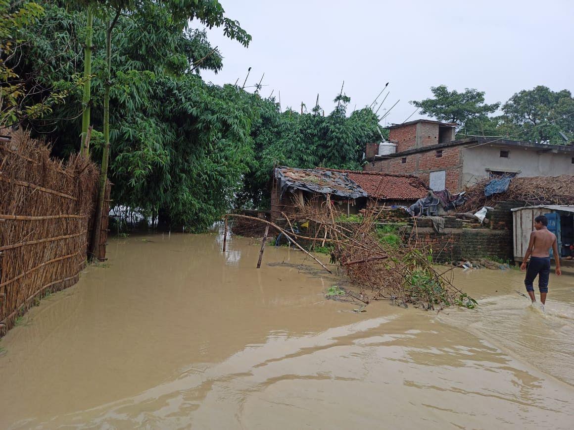 गंडक नदी खतरे के निशान के ऊपर, निचले इलाकों में फैला बाढ़ का पानी