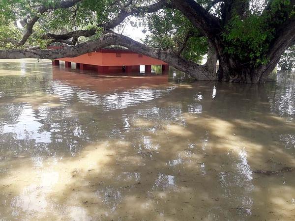 गोपालगंज में बाढ़ में घिरा गांव