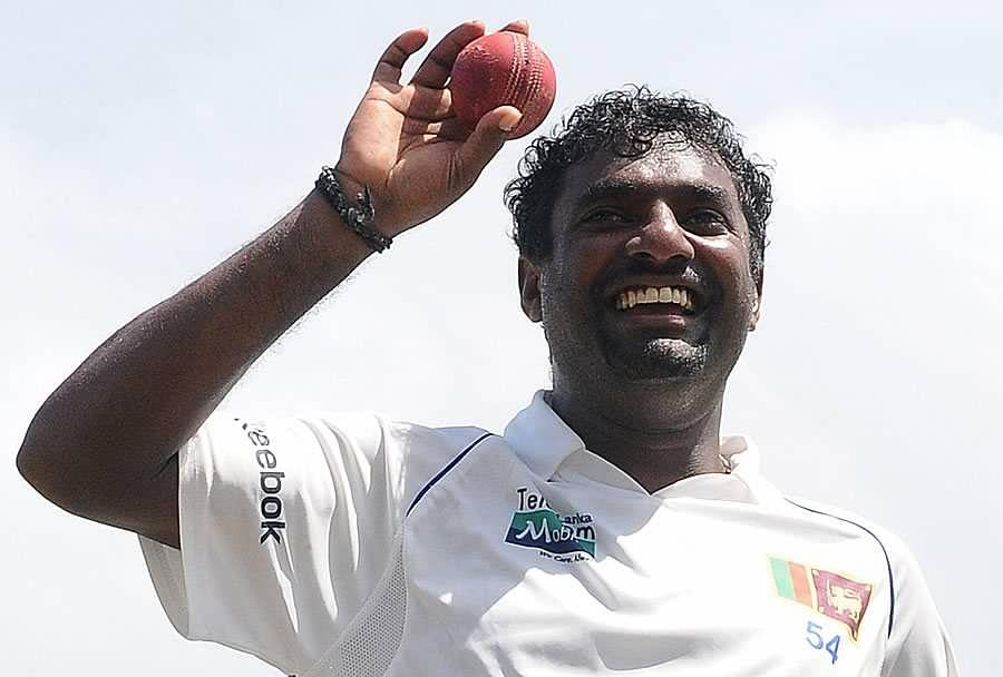 मुथैया मुरलीधरन: टेस्ट क्रिकेट में 500 विकेट लेने वाले गेंदबाजों की सूची काफी छोटी है, जिसमें श्रीलंका के पूर्व दिग्गज गेंदबाज मुथैया मुरलीधरन का नाम सबसे पहले आता है. मुरलीधरन ने 133 टेस्ट मैचों में 800 विकेट लेने का रिकॉर्ड बनाकर कमाल किया है. आपको बता दें कि मुरलीधरन ने सिर्फ 87 मैचों में 500 विकेट लेने का मुकाम हासिल कर लिया था.