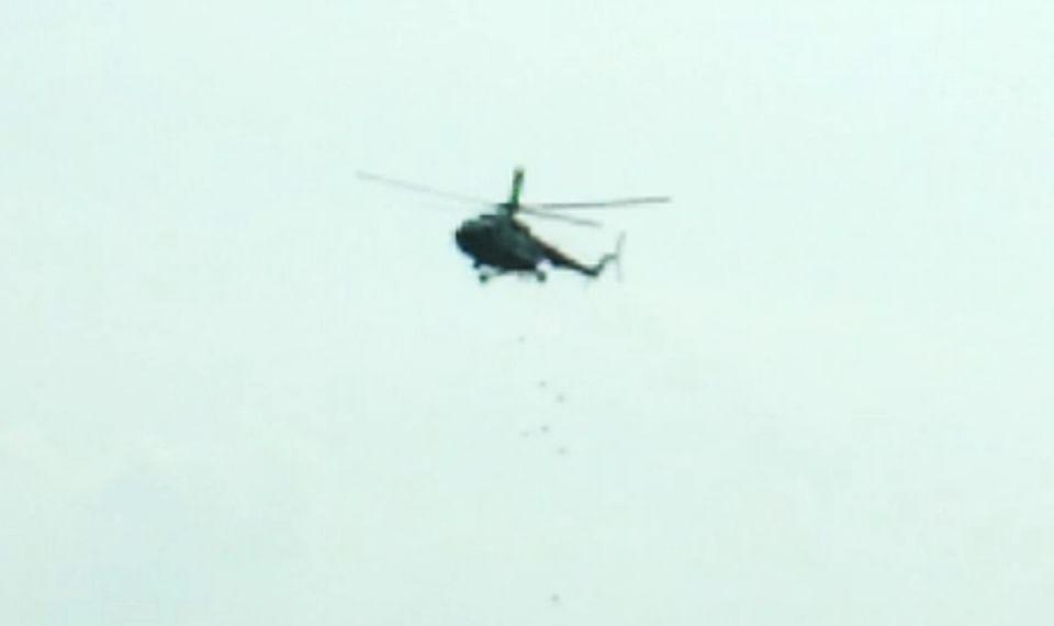 गोपालगंज में हेलीकॉप्टर से फूड पैकेट गिराया गया