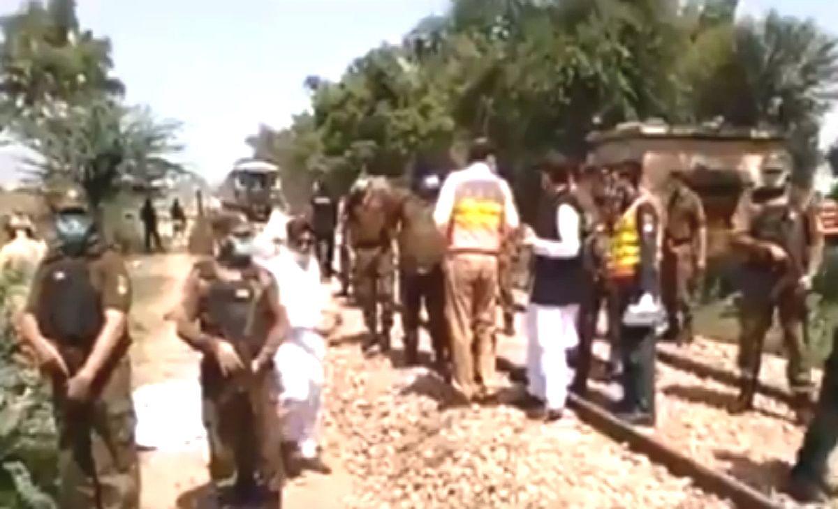 पाकिस्तान : ट्रेन की चपेट में आयी सिख श्रद्धालुओं से भरी बस, 29 लोगों की मौत