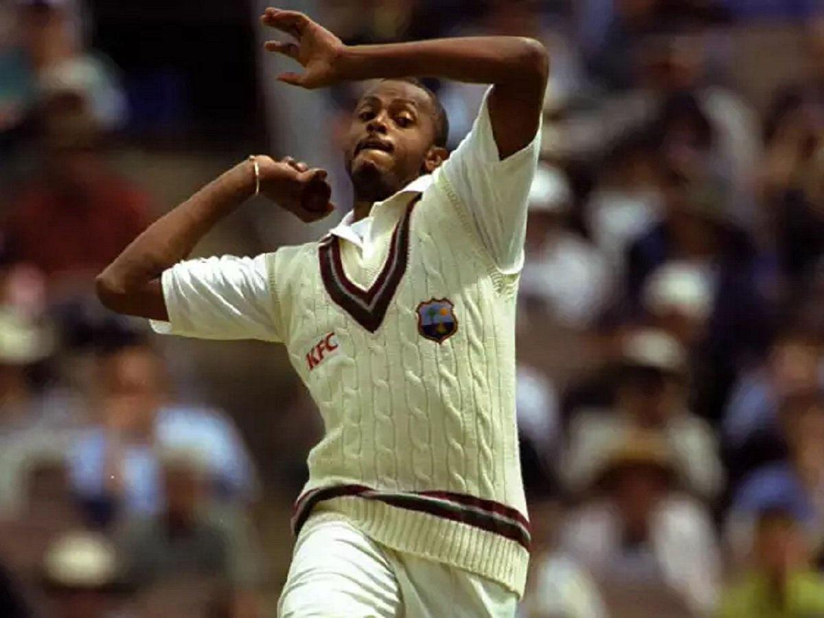 कर्टनी वाल्शः वेस्टइंडीज़ के दिग्गज तेज गेंदबाज कर्टनी वाल्श टेस्ट क्रिकेट में 500 विकेट लेने वाले दुनिया के पहले तेज गेंदबाज़ थे. वाल्श ने 2001 में ये कारनामा किया था. वाल्श के नाम 132 टेस्ट में 519 विकेट हैं. 1984 में डेब्यू करने वाले वाल्श ने 2001 में टेस्ट क्रिकेट से संन्यास ले लिया था.