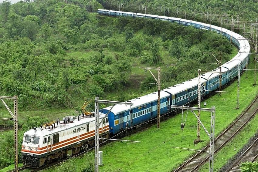 IRCTC/Indian Railways News : कन्फर्म टिकट के साथ 160 किमी की स्पीड देने की तैयारी कर रहा रेलवे, जानें क्या है प्लान