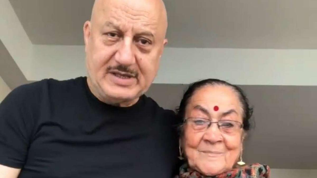 अनुपम खेर ने दिया मां का हेल्थ अपडेट, वीडियो पोस्ट कर बताया- कैसी है हालत