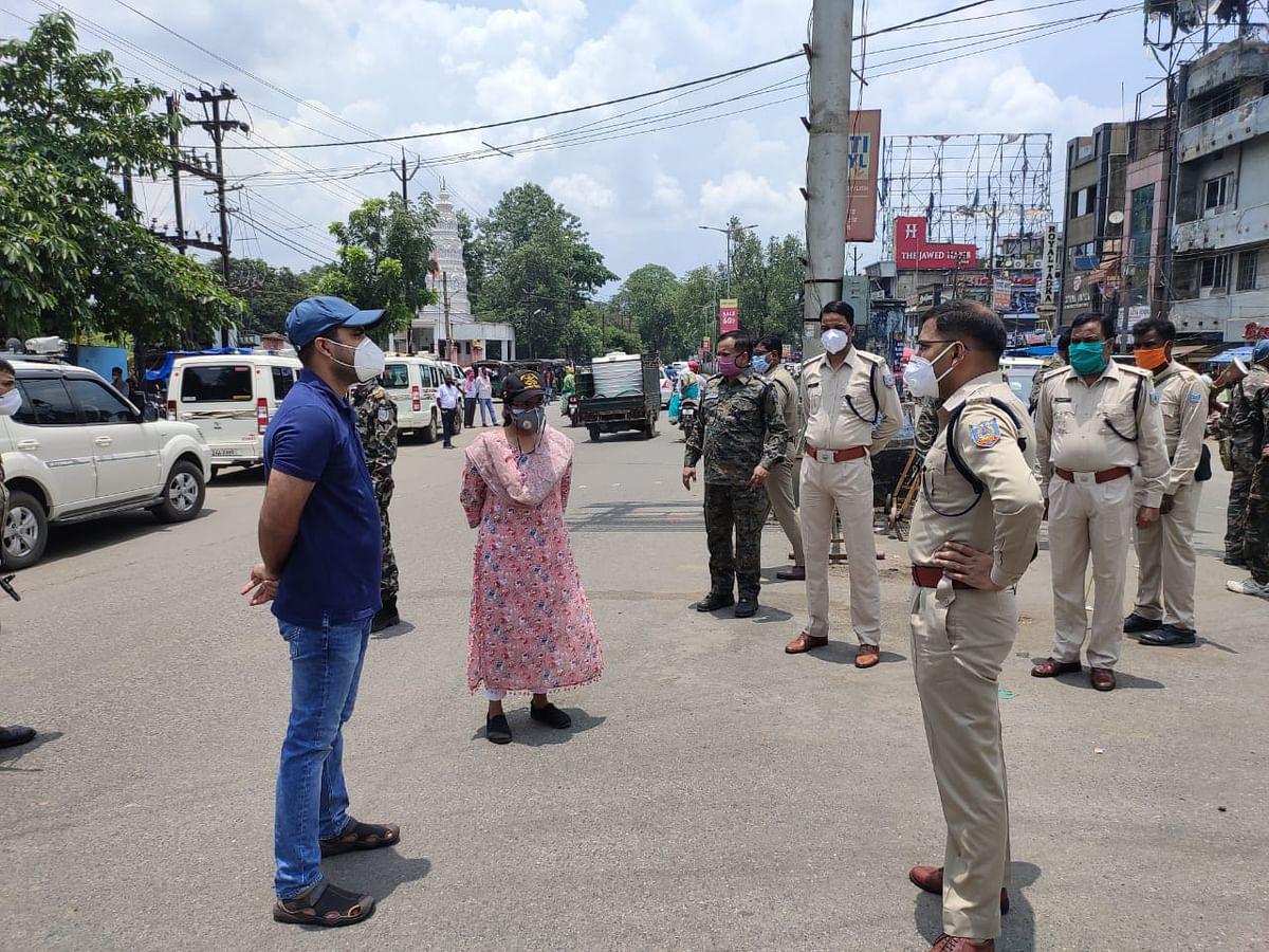 रामगढ़ में फ्लैग मार्च कर दुकानदारों को कोरोना से बचाव का दिया निर्देश