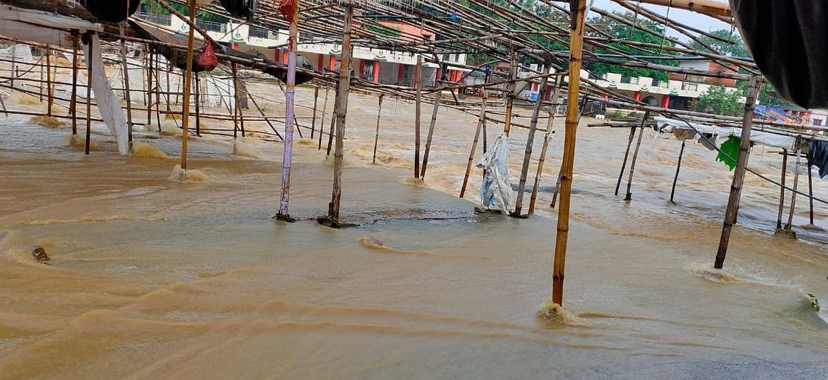 Flood in Jharkhand: रजरप्पा में भैरवी नदी में उफान, बाढ़ में बह गयी मंदिर के पास की दर्जनों दुकानें
