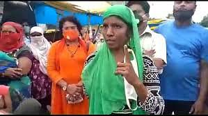इंदौर निगमकर्मियों को महिला सब्जी विक्रेता ने फर्राटेदार अंग्रेजी में सुनायी खरीखोटी, सब रह गए दंग, देखिये वीडियो