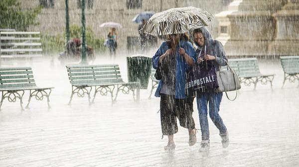 Weather Forecast LIVE Updates Today:  मुंबई में भारी बारिश, कई इलाकों में जलभराव हुआ, दिल्ली में उमस से परेशानी, जानें अपने शहर का हाल