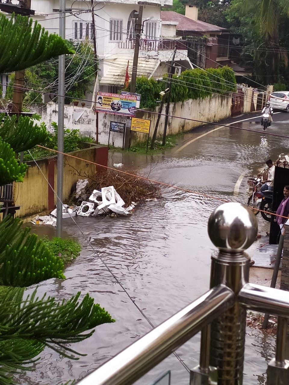 गली में पानी की निकासी की व्यवस्था नहीं होने की वजह से लोग हो गये हैं परेशान.