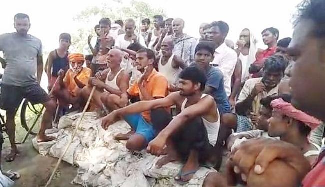 सारण तटबंध के मरम्मत कार्य को ग्रामीणों ने रोका, मजदूरों को खदेड़ा, अधिकारियों से वार्ता विफल