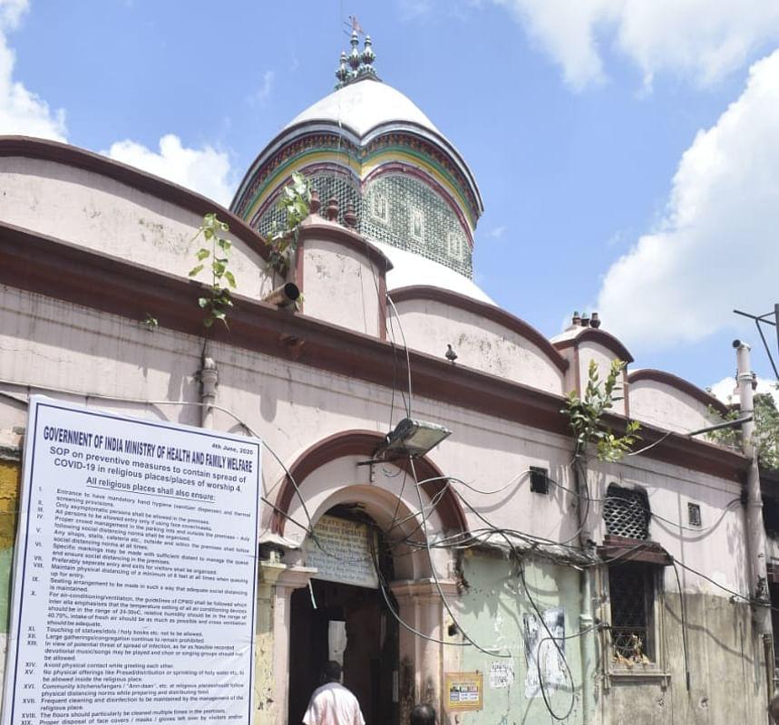 Unlock 2.0 : लॉकडाउन के 100 दिन बाद खुले कालीघाट मंदिर के कपाट, भक्तों ने की पूजा-अर्चना