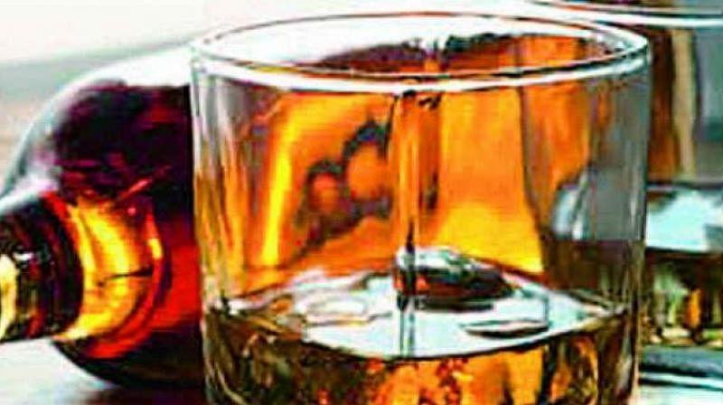 होटल के अंदर शराब और जुए के खेल में भाजपा के तीन पदाधिकारी सहित 11 रंगे हाथ गिरफ्तार, होटल मालिक फरार