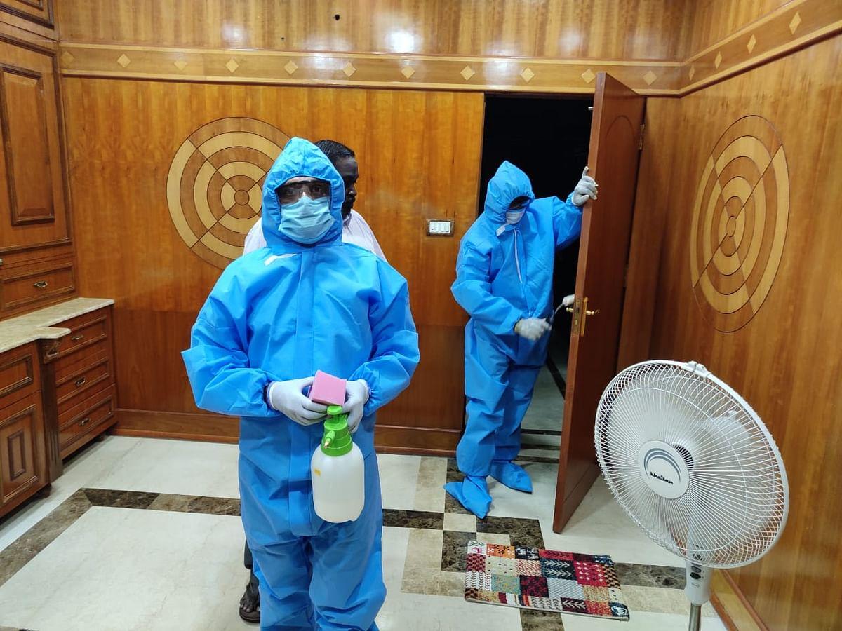 एक बार घर की दीवारों, फर्श और दरवाजों पर नैनोवा हाइजीन प्लस की कोटिंग करके 90 दिन तक निश्चिंत हो जाइए.