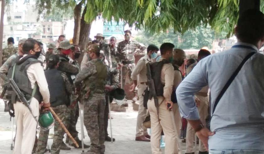 Jharkhand News : कोरोना पॉजिटिव का शव जलाने गयी जमशेदपुर पुलिस पर हमला, पथराव में 2 महिला जवान समेत कई घायल